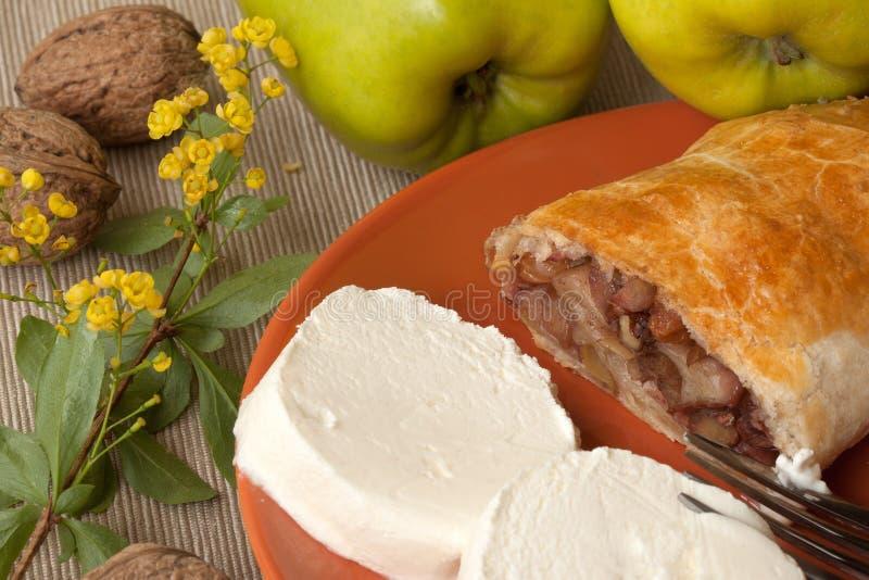 Empanada hecha en casa del soplo con las manzanas, las nueces y el helado fotos de archivo libres de regalías