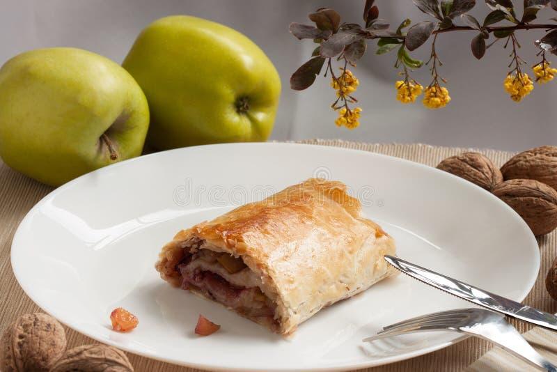 Empanada hecha en casa del soplo con las manzanas, las pasas y las nueces imágenes de archivo libres de regalías