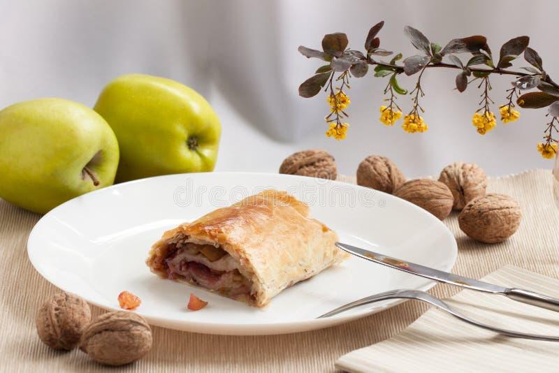 Empanada hecha en casa del soplo con las manzanas, las pasas y las nueces fotos de archivo