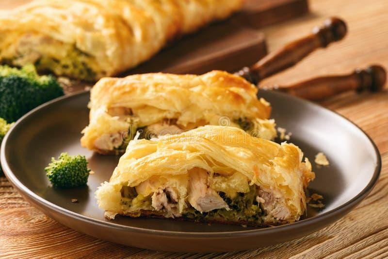 Empanada hecha en casa rellena con bróculi, el pollo y el queso foto de archivo libre de regalías