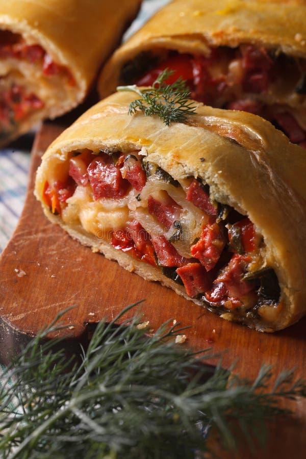 Empanada sabrosa con vertical macra del jamón, del queso y de la pimienta fotografía de archivo libre de regalías