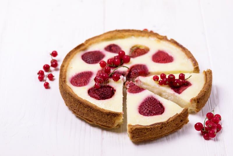 Empanada sabrosa de las bayas o tarta hecha en casa agria con las fresas y la rebanada horizontal poner crema del espacio de la c imágenes de archivo libres de regalías