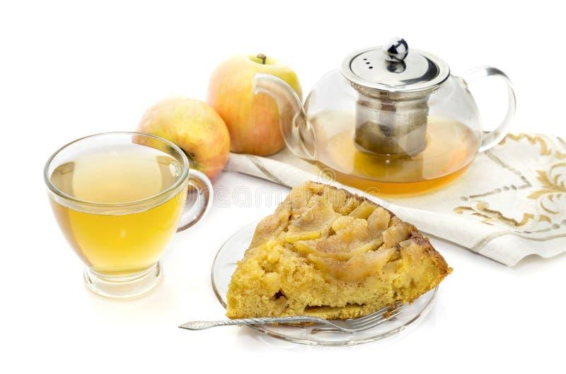 Empanada y té hechos en casa de manzana en un primer de la taza imágenes de archivo libres de regalías