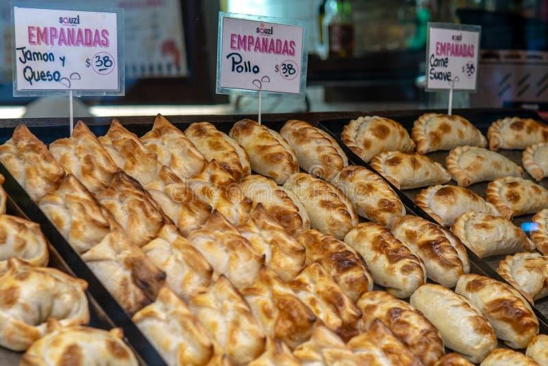 Empanadas на дисплее на рынке стоковое изображение rf
