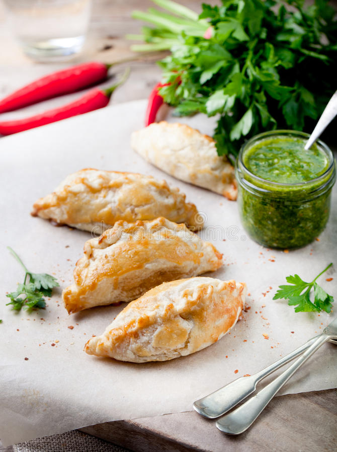 Empanadas с мясом и зеленым соусом chili Традиционное мексиканское блюдо стоковое фото rf