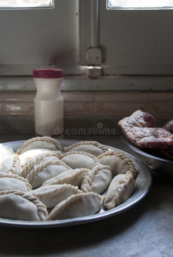 Empanadas argentini dell'alimento con carne fotografie stock