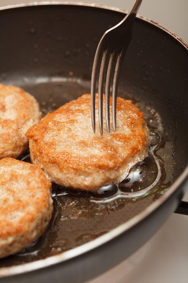 Empanadas asadas a la parrilla jugosas frescas de la carne en un sartén imágenes de archivo libres de regalías
