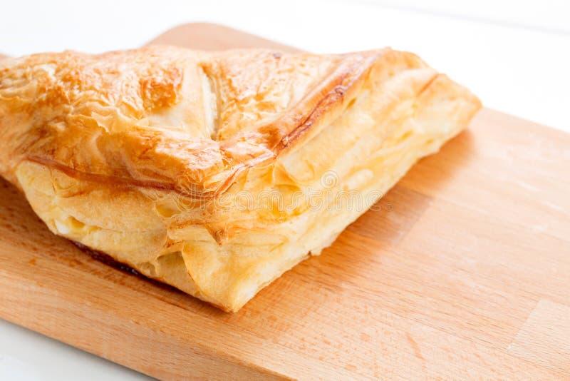 Empanadas de la pasta de hojaldre con los arándanos, las manzanas y la miel fotografía de archivo