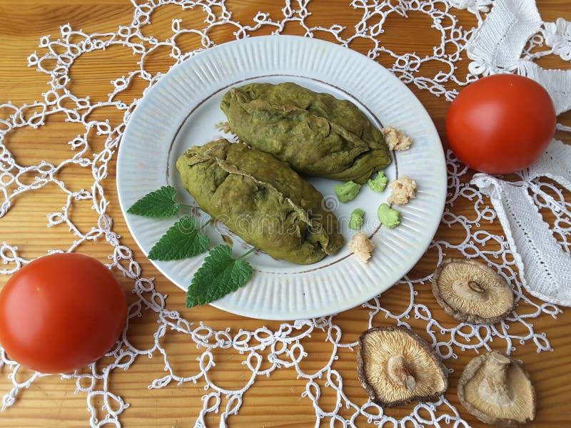 Empanadas del soplo de las ortigas, pasteles verdes cocinados con las verduras imágenes de archivo libres de regalías