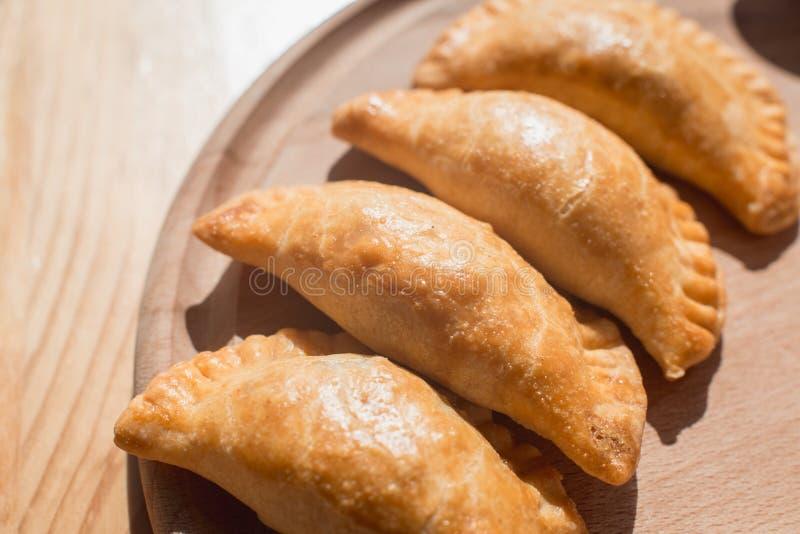 Empanadas deliziosi con carne di pollo, piatto tipico di cucina argentina fotografia stock libera da diritti