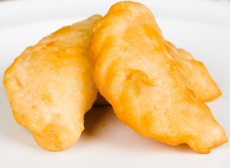 Empanadas deliziosi del primo piano che si trovano in una piccola ciotola bianca fotografie stock libere da diritti
