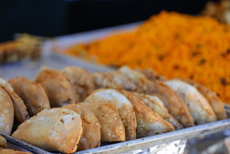 Empanadas llenadas carne hispánica en un carnaval fotografía de archivo