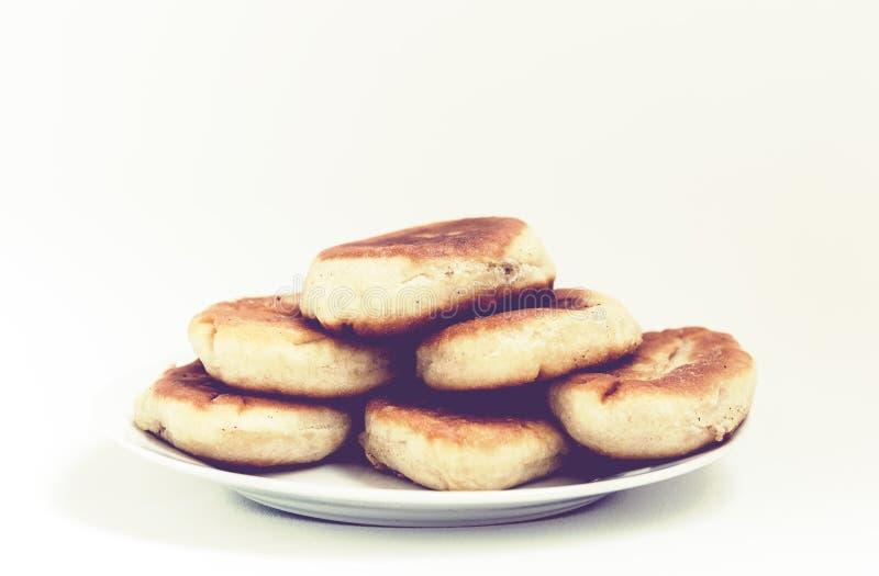 Empanadas o empanadas fritas hechas en casa tradicionales hechas de la pasta de levadura en un estilo r?stico en la placa blanca foto de archivo libre de regalías