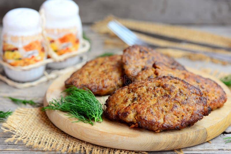 Empanadas picantes del hígado de pollo con las verduras Empanadas del hígado de pollo frito de Brown en una tabla de cortar de ma imagenes de archivo