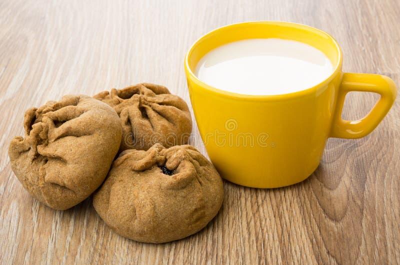 Empanadas rellenas de la pasta ácima y de la taza amarilla de leche imágenes de archivo libres de regalías