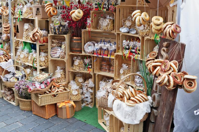 Empanadas, tortas, anillos de espuma, y molletes orgánicos rústicos hechos en casa vendidos en la calle imagen de archivo
