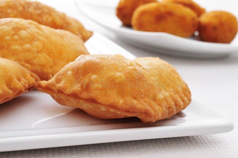 Empanadillas españoles, pequeña carne o empanadas del atún fotos de archivo