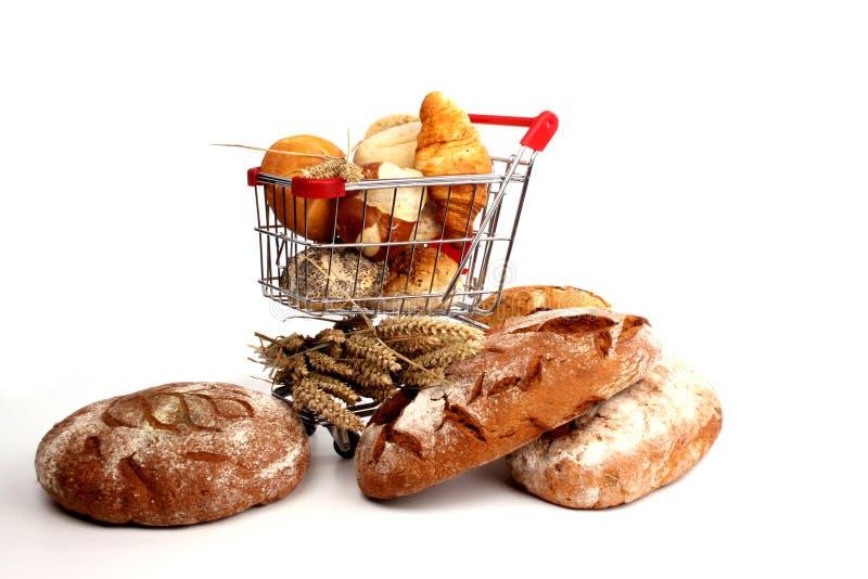 Empane el pan y los bollos en un carro de compras fotografía de archivo