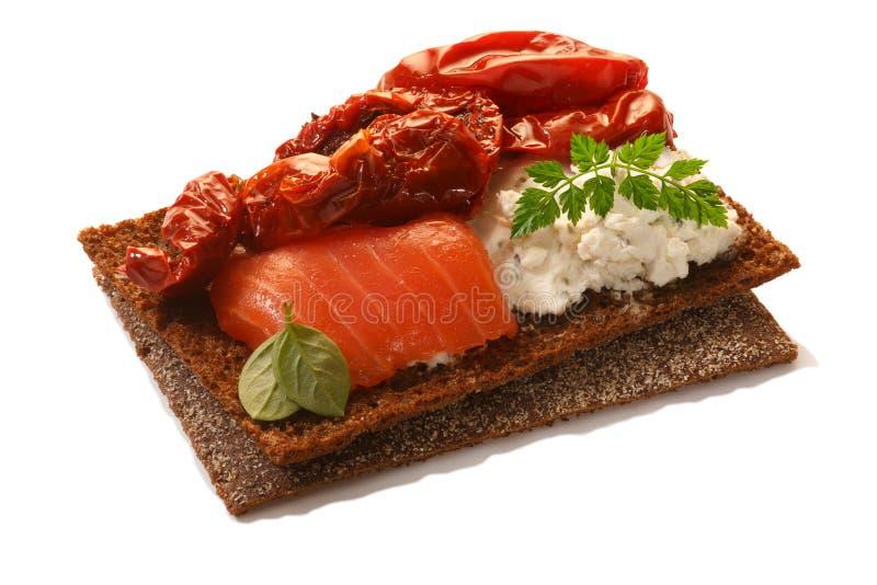 Empane la patata a la inglesa con los salmones, el queso suave, los tomates secados y el perifollo fotos de archivo libres de regalías