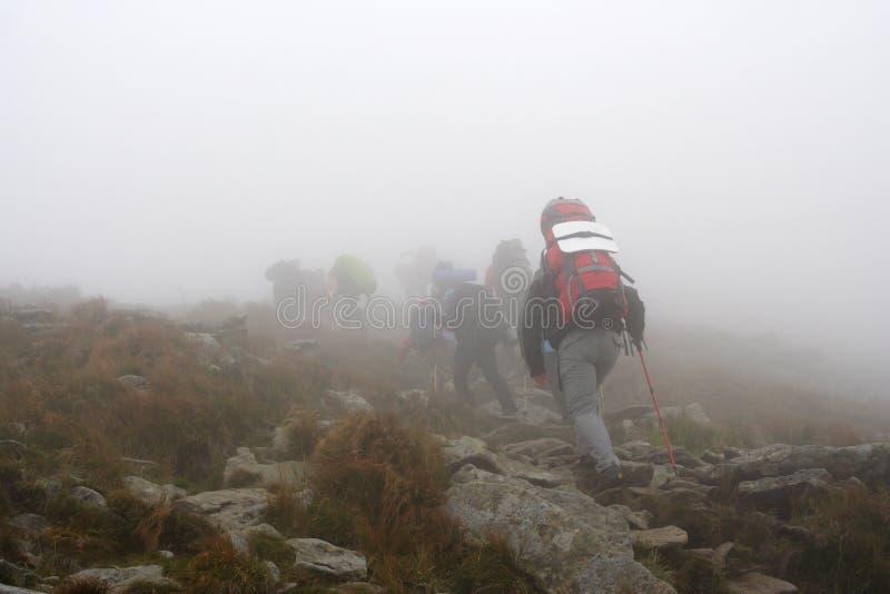 Empape la subida la montaña en niebla imágenes de archivo libres de regalías