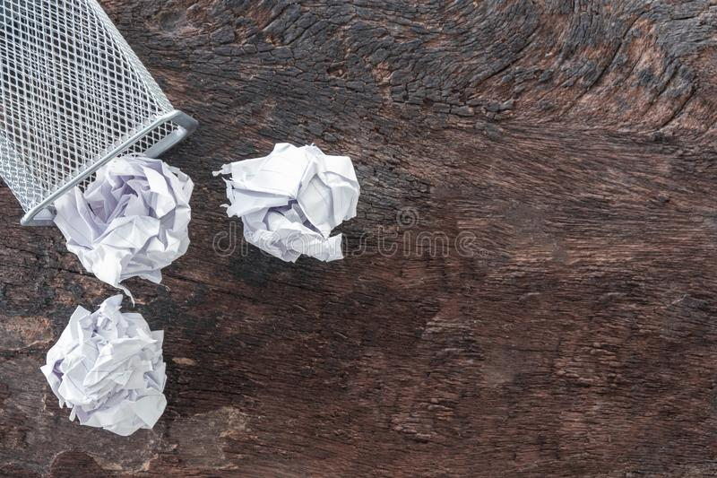 Empapele la basura arrugue el papel que cae a la papelera de reciclaje, fue lanzado al compartimiento de la cesta del metal, pape imagenes de archivo