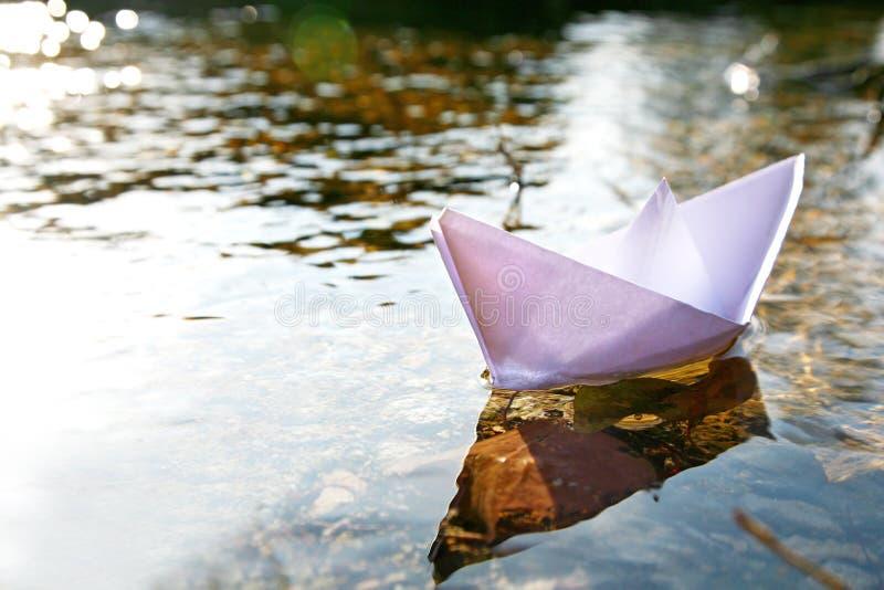Empapele la nave en el lago foto de archivo libre de regalías