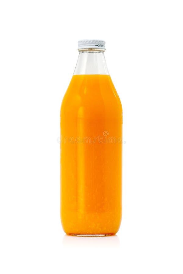 Empaquetado de la botella de cristal del zumo de naranja frío fresco en el fondo blanco imagen de archivo libre de regalías
