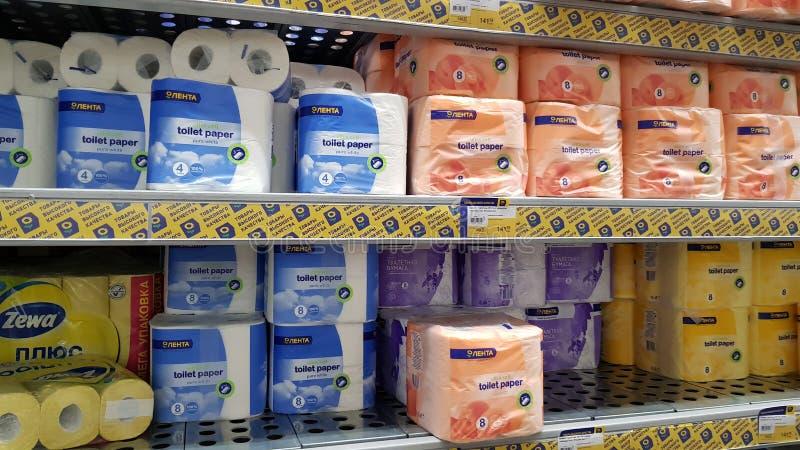 Empaquetado del papel higiénico en el estante en el supermercado fotos de archivo