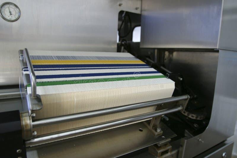 Empaquetadora en la cadena de producción de la fábrica imágenes de archivo libres de regalías