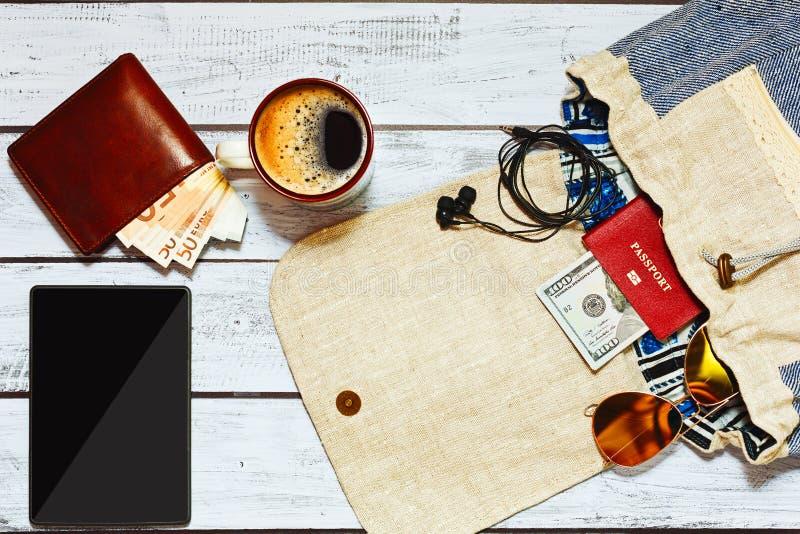 Empaquetage du sac à dos pour un voyage photographie stock libre de droits