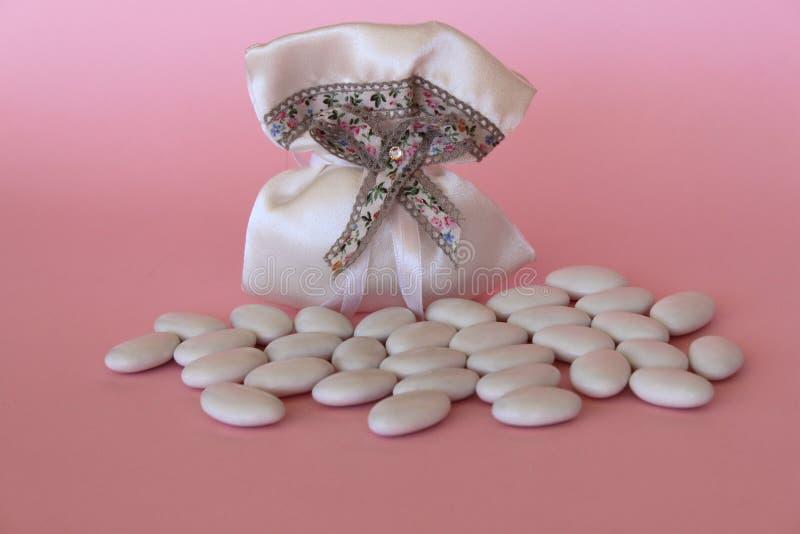 Empaquete con las almendras azucaradas para un nuevo nacimiento con el copyspace foto de archivo