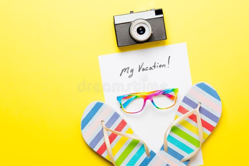 Empaquetez mes vacances, appareil-photo, sandales et verres photos stock