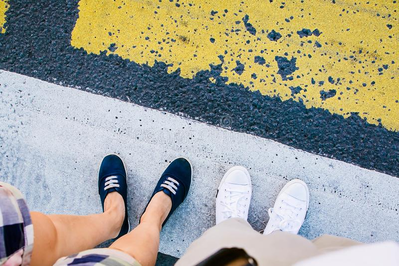 Emparéjese de piernas en el paso de peatones de la cebra fotos de archivo libres de regalías
