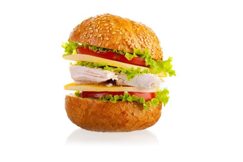 Emparedado con el pollo, el queso y los vehículos. imagenes de archivo
