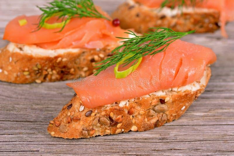 Emparedado con los salmones fumados imagen de archivo libre de regalías