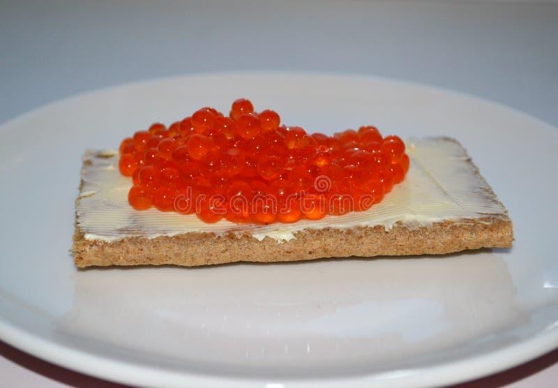 Emparedado con mantequilla y el caviar rojo imagenes de archivo