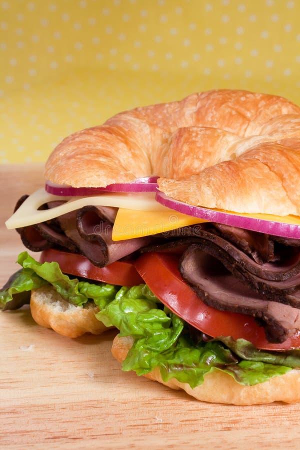 Emparedado del Croissant de la carne de vaca de carne asada foto de archivo libre de regalías