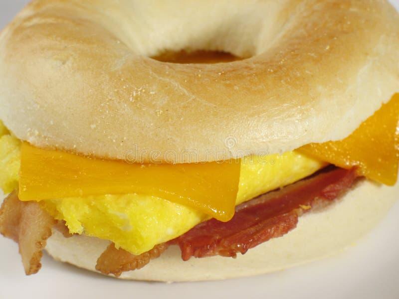 Emparedado del desayuno del panecillo fotos de archivo libres de regalías