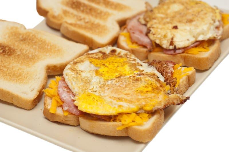 Emparedado del huevo, del tocino y del queso foto de archivo