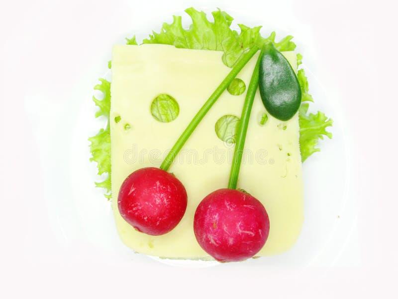 Emparedado vegetal creativo con queso y el rábano fotografía de archivo libre de regalías