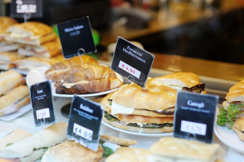Emparedados en la panadería italiana foto de archivo