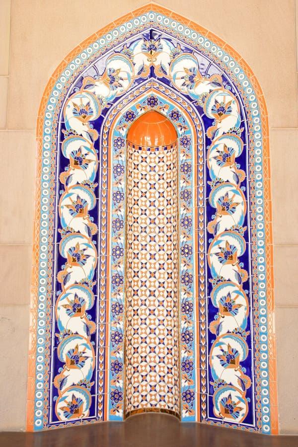 Emparede los azulejos en la mezquita magnífica de Qaboos del sultán - bóveda foto de archivo