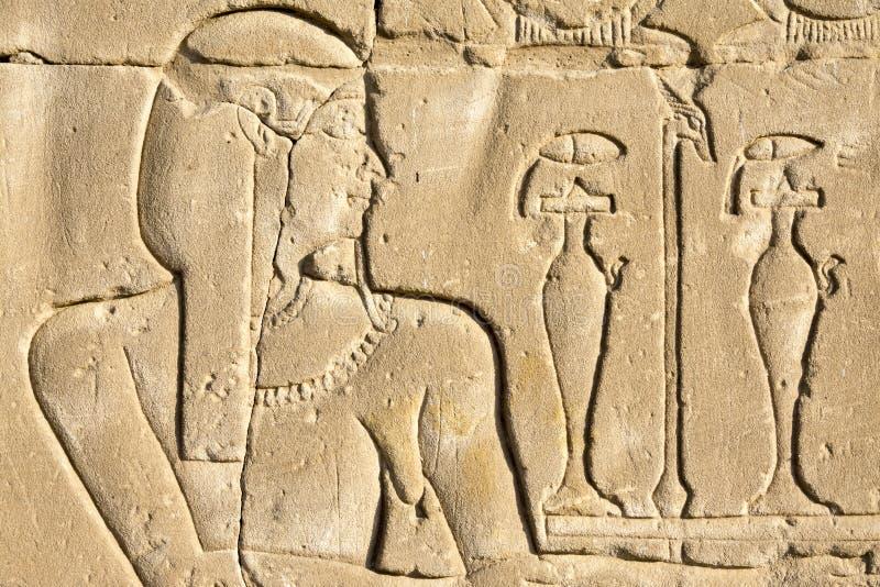 Emparede tallando, el templo de Edfu, Egipto imagen de archivo