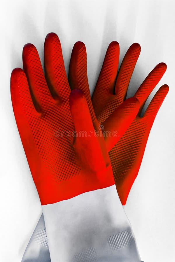 Empareje los guantes de goma rojos para limpiar en el fondo blanco, con la sombra, visión superior Concepto del quehacer doméstic imagen de archivo libre de regalías