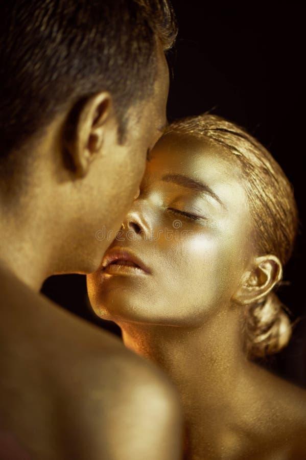 Emparelhe, pintado com a pintura do ouro, beijos Afinidade, unreality, única unidade imagens de stock