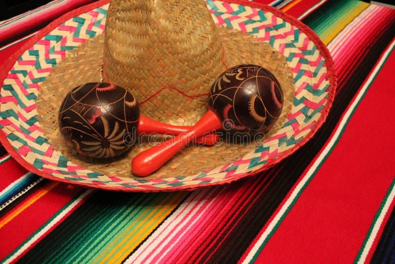 Empavesado de la decoración de Mayo del cinco de la fiesta del fondo de los maracas del sombrero del poncho de México imagen de archivo