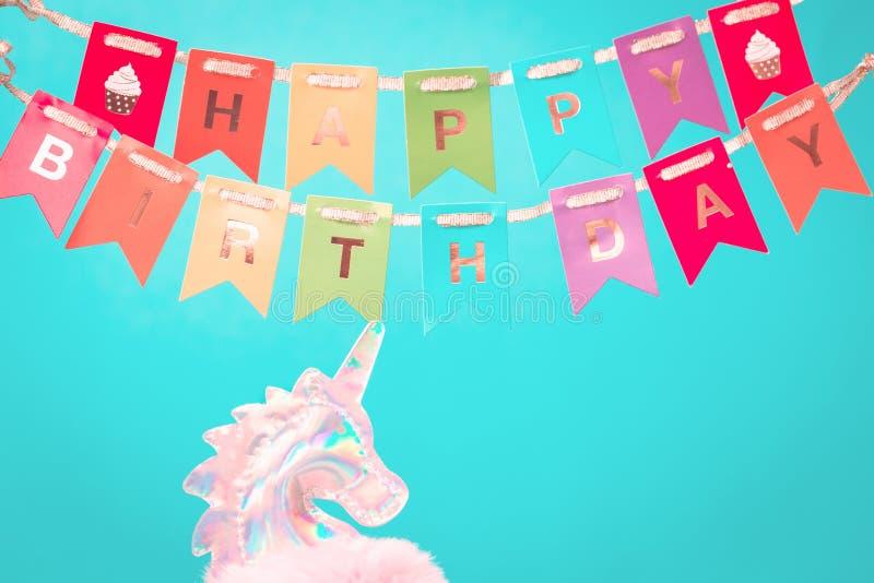Empavesado olográfico brillante del feliz cumpleaños del headand del unicornio imagen de archivo