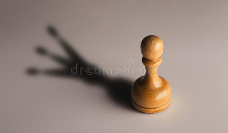 Empeño de madera del ajedrez con la sombra del rey imágenes de archivo libres de regalías