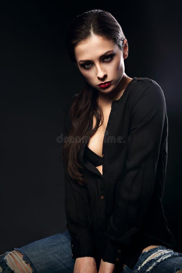 Empeine de mirada modelo del maquillaje elegante atractivo del encanto y serio femeninos foto de archivo libre de regalías