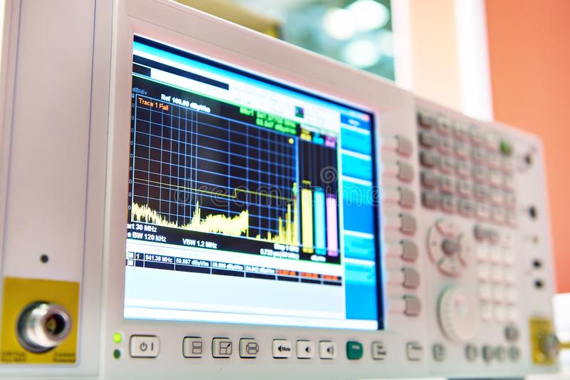 Empfänger für das Messen des elektromagnetischen Feldes mit Anzeige stockfoto